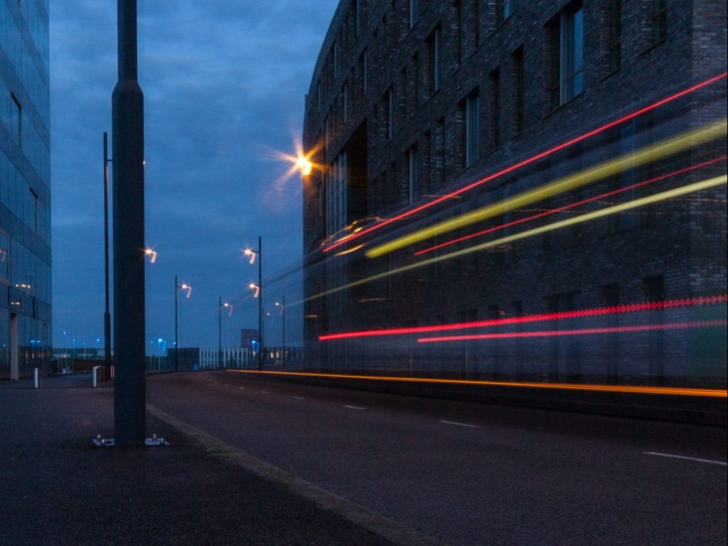 Lichtsporen tijdens avondfotografie Flightforum Eindhoven
