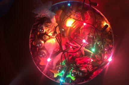 Kerstlichtjes in een schaal vol Kerstspullen zonder Bokeh-kit