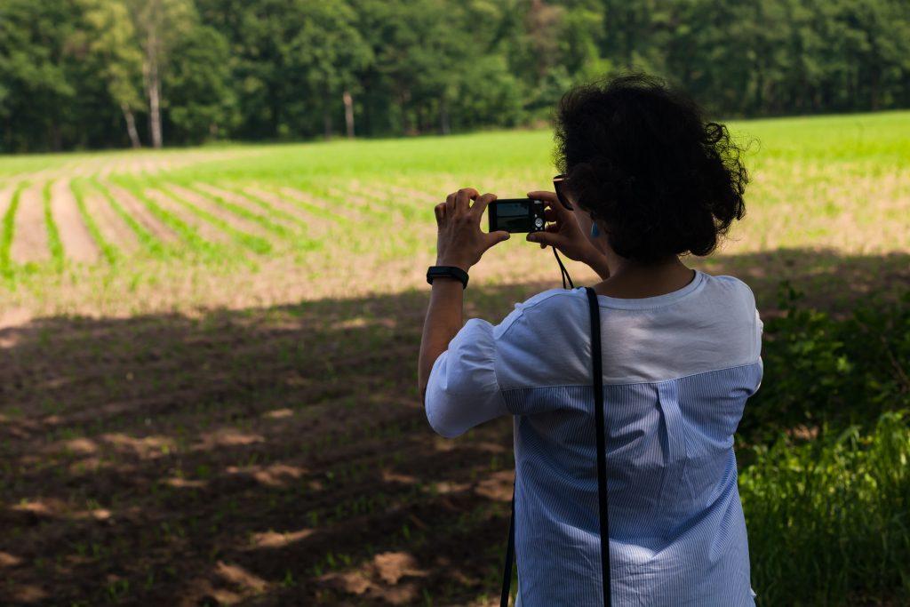Een van de deelneemsters aan de Fotografie workshop voor bedrijven in actie.